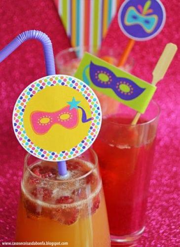 Ideias de decoração de Carnaval para festejar em casa. Drinks enfeitados com tema de carnaval