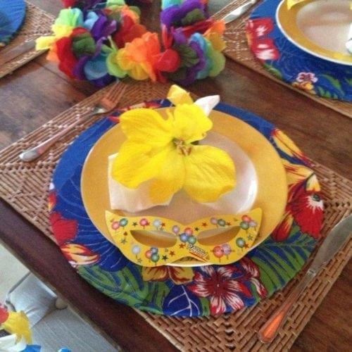 Ideias de decoração de Carnaval para festejar em casa, sousplat em tecido de chita.
