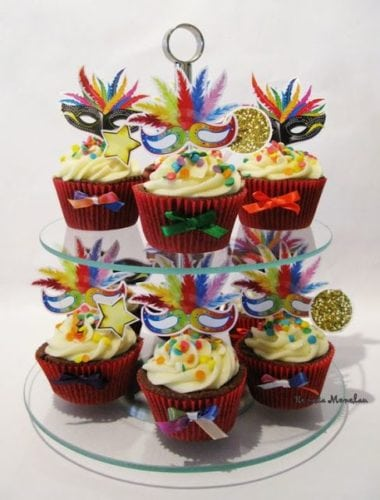 Ideias de decoração de Carnaval para festejar em casa. Cupa Cakes enfeitados com tema de carnaval.