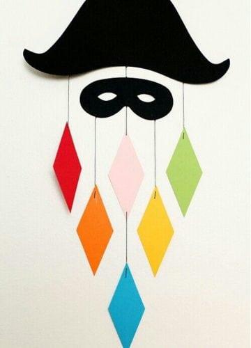 Ideias de decoração de Carnaval para festejar em casa. Pierrot enfeitando a parede.