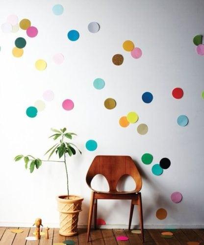 Ideias de decoração de Carnaval para festejar em casa.Confetes gigantes enfeitado a parede.