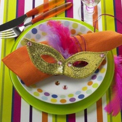 Ideias de decoração de Carnaval para festejar em casa, uma mascara enfeitando o guardanapo.