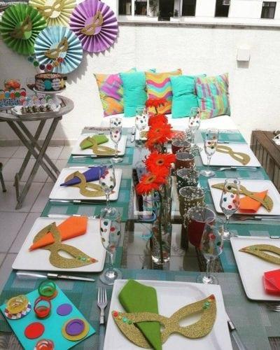 Ideias de decoração de Carnaval para festejar em casa.mesa de almoço enfeitada com máscaras