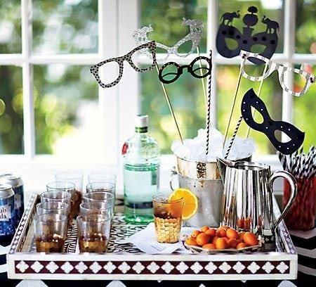 Ideias de decoração de Carnaval para festejar em casa. Bandejas dos drinks.