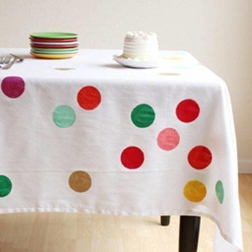 Ideias de decoração de Carnaval para festejar em casa, toalha de mesa com bolas que lembram confete de carnaval.