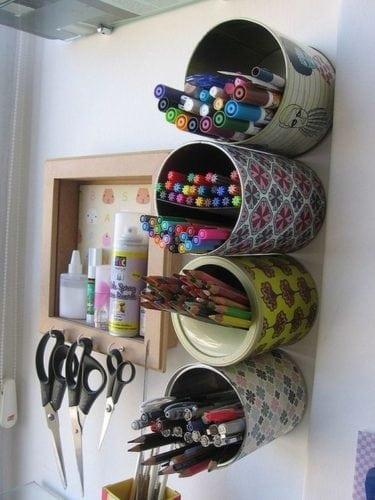 Cantinho de estudo com organizador DIY.