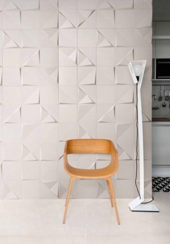 revestimento cerâmico; Por isso, a linha Tangram, que surgiu com a ideia de brincar com a geometria resultando em duas peças, com relevo e a outra lisa. Esse revestimento traz exclusividade para o ambiente efaz das paredes pontos focais da decoração.
