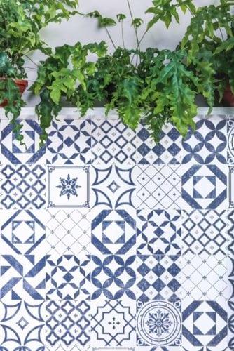 Inspirada no sul de Portugal, a linha Algarve traz uma mistura incrível de cores e representações. Seus azulejos com base branca e desenhos em um tom de azul com pintura levemente desgastada, atribui um ar vintage às paredes.