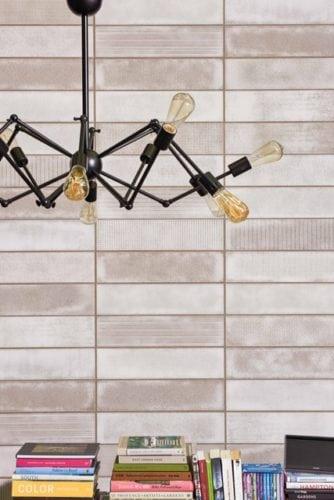 Para trazer as décadas de 50 e 60 para a decoração, a coleção Vitrareproduz em cerâmica pequenos vidros retangulares de diferentes texturas, envolvidos pelo metal oxidado das molduras. A proposta dessa linha é permitir com que com luz natural se incorpore ao ambiente.