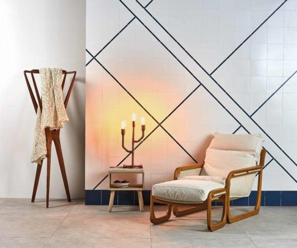 Azulejo minimalista, branco com linhas pretas.faz memória à arquitetura brasileira com seu azulejo que une minimalismo e contemporaneidade.