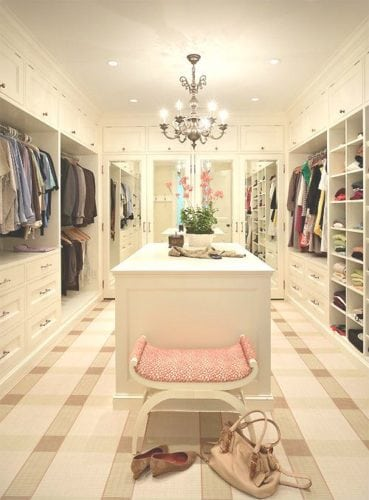 closet em tons suaves com lustre