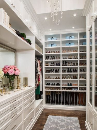 closet com sapatos organizados