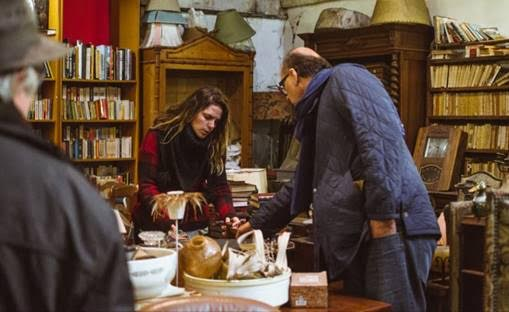 Paloma e Arnaldo Danemberg garimpando objetos