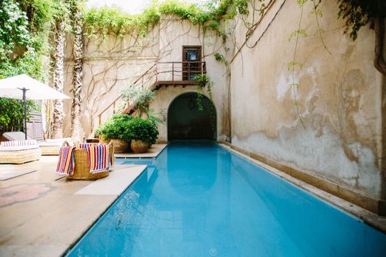 piscina de casa organizada