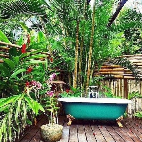 Banheiras fora dos banheiros. Banheira com pés , no jardim.