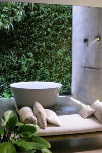 Banheiras fora dos banheiros. No jardim de inverno ao lado do banheiro.