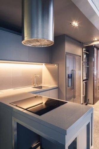 Cozinha estilo industrial , com armários e bancadas na cor cinza.