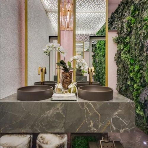 Banheiro: projeto das designers Janaina Marques e Jennyfer Gotardo. Elas utilizaram o Porcelanato Lumina da Portinari na bancada e no chão.