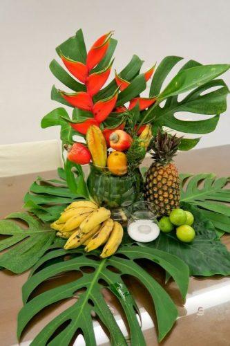 Arranjo tropical com folhas de adão, banana e abacaxi