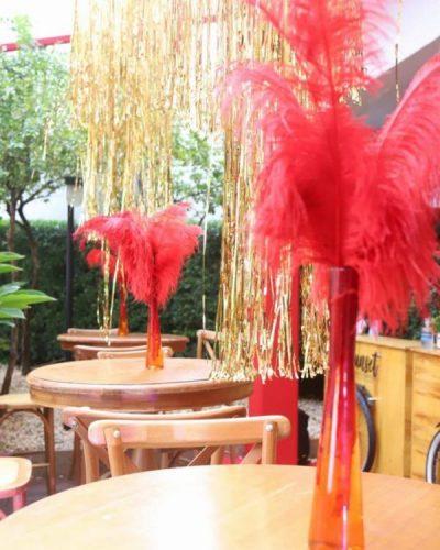 Mesa com enfeite de pluma dentro do vaso.
