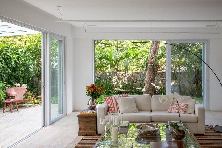sala com projeto de paisagismo de anna luiza rothier
