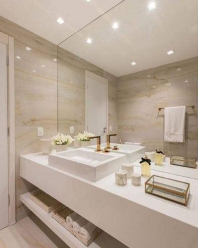 A arquiteta Renata Matos escolheu o porcelanato Duomo Opala, da Portinari, para revestir este lindo lavabo