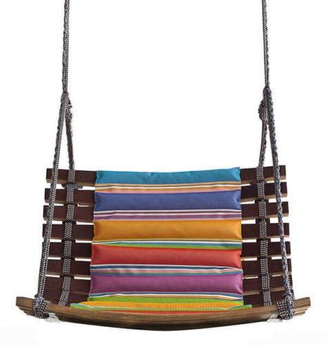 Upcycling, balanço feito a partir das aduelas de barris de madeira conectados por meio de cordas.