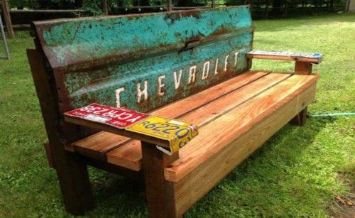 Upcycling, banco de madeira feito A partir da porta traseira quebrada da caçamba de uma picape velha