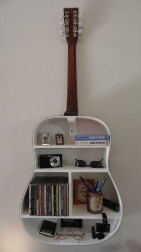 """Upcycling, violão antigo tem o seu """"corpo"""" transformado em prateleiras."""