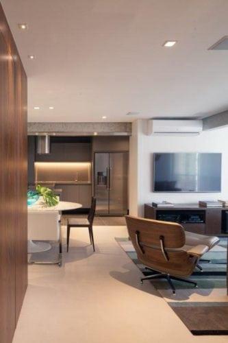 Cozinha estilo industrial aberta para a sala.