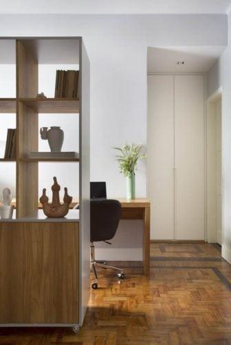 estante da sala do apartamento da Gloria de Fabiano Ravaglia