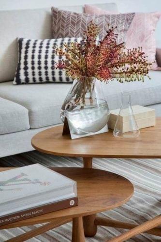 Detalhe do vaso da HStern Home na sala projetada por Bianca da Hora
