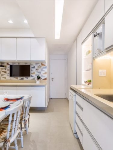Antes e depois de uma cozinha. Projeto Paula Werneck. Foto do depois , visão geral da cozinha.