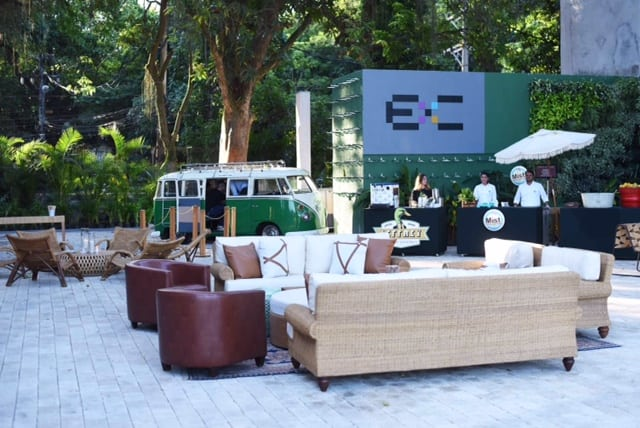Decoração de Anna Carolina Werneck no novo espaço de eventos no Rio . Foto da área externa decorada., com sofás e poltronas.