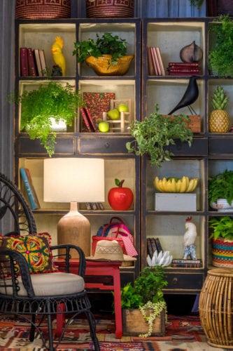 Exposição ATRÁS DO VIDRO - VITRINES ASSINADAS NO CASASHOPPING. Ambiente Escala Arquitetura para a loja Hug Hold. Ambiente estilo tropical chique.