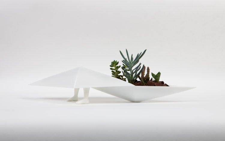 A artista plastica Fabiana Queiroga e a coleção Nômade. floreiras