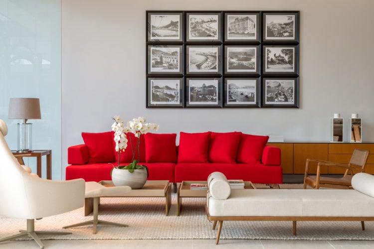 Exposição ATRÁS DO VIDRO - VITRINES ASSINADAS NO CASASHOPPING. Gorete Golaço para a loja Breton. Destaque para um sofá vermelho em um ambiente neutro.
