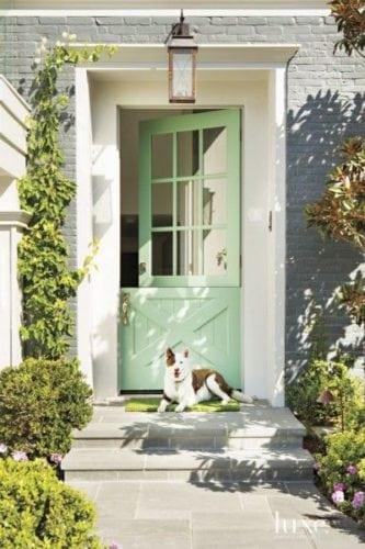 """A porta holandesa também é chamada de """"Dutch Door"""". Porta dividida ao meio, perfeita para quem tem cachorro."""