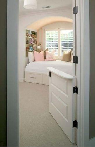 """A porta holandesa também é chamada de """"Dutch Door"""". Porta da entrada do quarto dividia ao meio"""