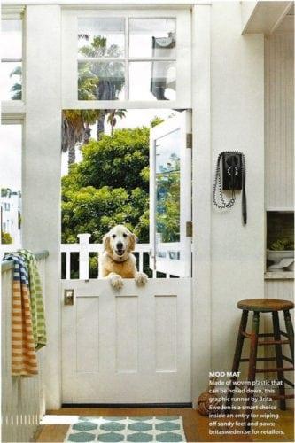 """A porta holandesa também é chamada de """"Dutch Door"""". Porta dividida ao meio, funcionalidade para quem tem cachorro."""