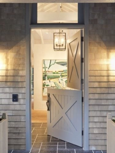 "A porta holandesa também é chamada de ""Dutch Door"". Porta dividida ao meio., na entrada da casa de campo."