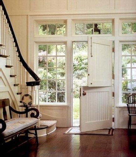 "A porta holandesa também é chamada de ""Dutch Door"". Na entrada de casa, porta dividia ao meio."