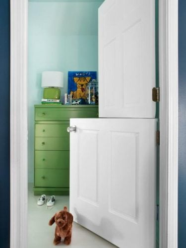 """A porta holandesa também é chamada de """"Dutch Door"""". Porta da entrada do quarto, dividida ao meio"""