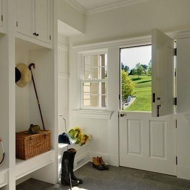 """A porta holandesa também é chamada de """"Dutch Door"""". Porta dividida ao meio. Na entrada de casa com vista para o jardim"""