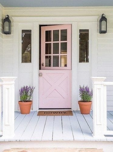 """A porta holandesa também é chamada de """"Dutch Door"""". Porta dividi ao meio, pintada de rosa claro, na entrada de casa."""