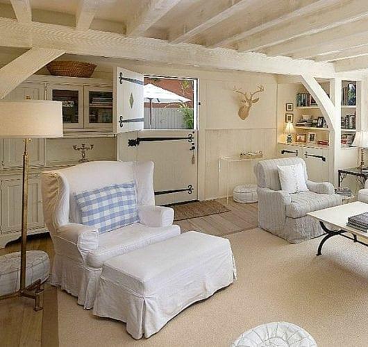 """A porta holandesa também é chamada de """"Dutch Door"""". Porta dividia ao meio, da sala da para ver um pouquinho da terraço."""