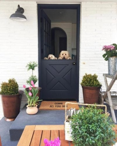 """A porta holandesa também é chamada de """"Dutch Door""""."""