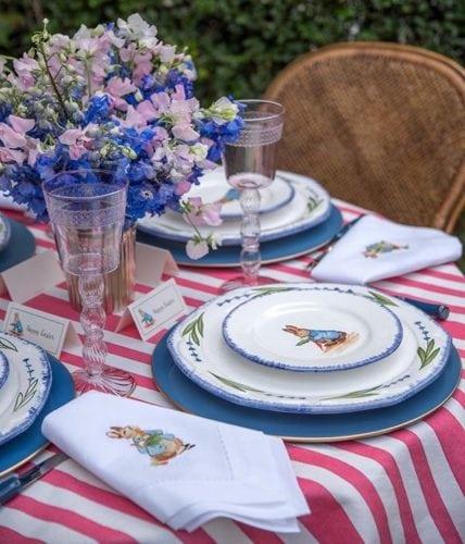 Inspiração e super dicas para a sua decoração de Páscoa. Mesa de almoço de Páscoa com louça de coelhinho.