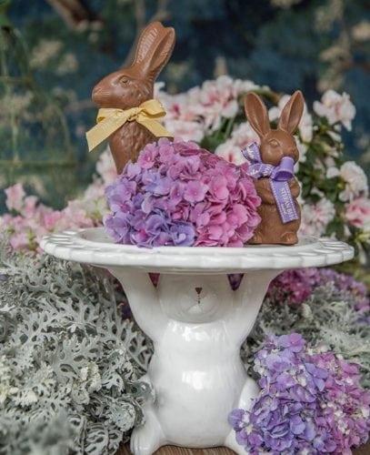 Inspiração e super dicas para a sua decoração de Páscoa. Prato de bolo em cerâmica branca com base de coelhinho
