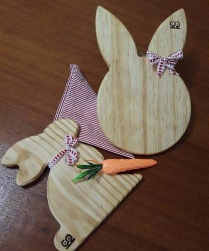 Inspiração e super dicas para a sua decoração de Páscoa. Tabuas em madeira com formato de orelhas e coelhos